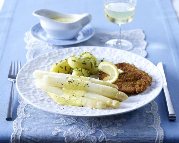 Weißer Spargel mit Joghurt-Hollandaise zu Knusperschnitzel und Petersilienkartoffeln