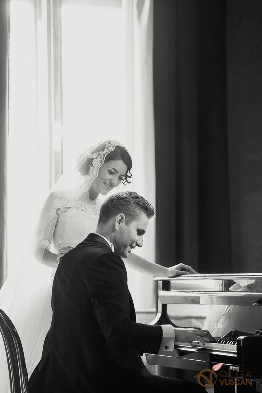 Diana si Fineas_bride and groom at the piano