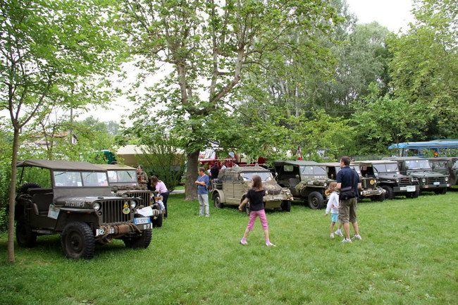 1942年ウィリス・オーバーランドMB(アメリカ。一番左)をはじめ、米、独、伊の軍用車が並ぶ