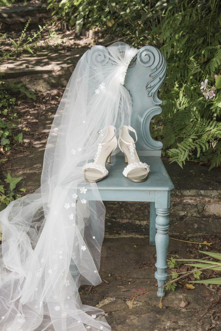 Bruidsschoen Mirabelle is perfect voor een zonnige bruiloft lekker buiten of aan het strand. Dit met kleine bloemen bewerkt hakje …