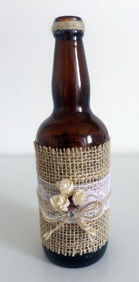 Garrada decorada com juta, detalhe de flores, renda e laço com strass. 1 disponível As garrafas podem ter algumas variações no tamanho e formato por serem material reciclado.