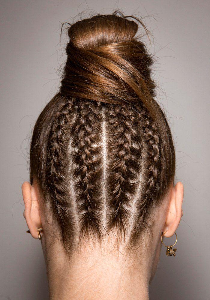 Tresses Bun Barrettes Les Idees Coiffures A Adopter Cet Ete Coiffures A Realiser Soi Meme Coiffure Cheveux Ondules Naturels