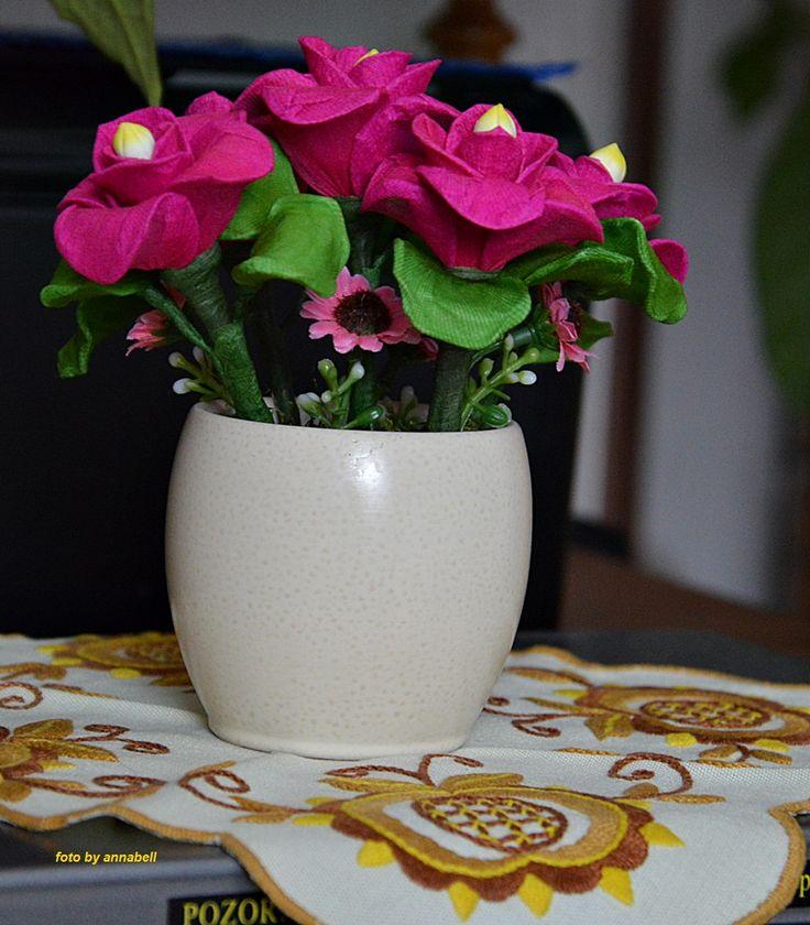 Kis rózsa csokor tavaszi virágokkal