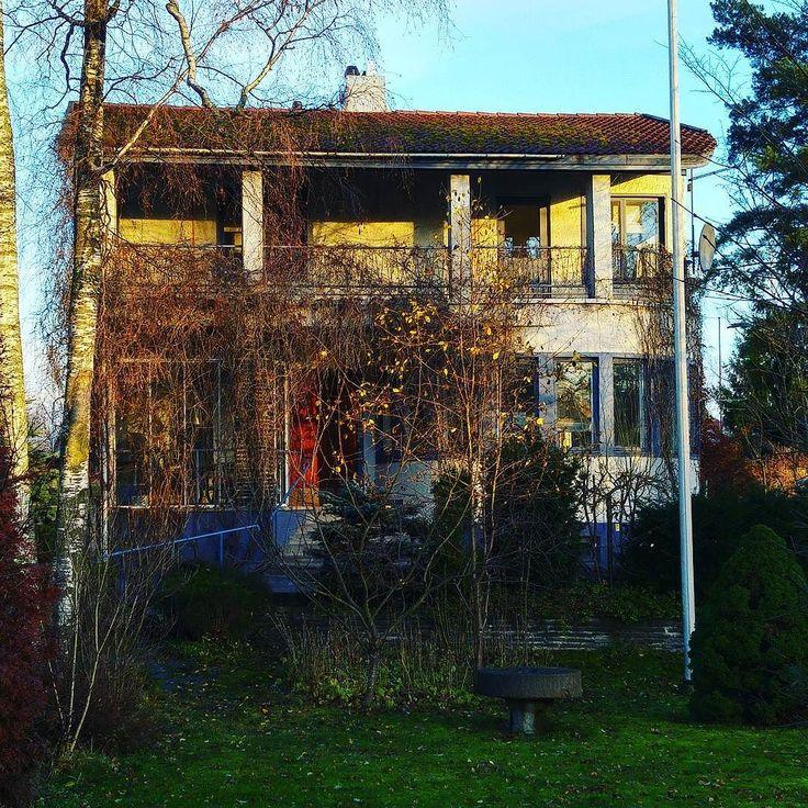 Puistolassa myytiin kotva sitten tämä funkiskaunotar. 1940-luvun alussa kauppiaan itselleen rakentama kivitalo koki muodonmuutoksen itse Reino Helismaan tilauksesta kohti eleettömän tyylikästä nykymuotoaan. Onkin helppo kuvitella kuplettimestari viskilasi kädessään katselemassa auringonlaskua olohuoneen pyöreästä erkkeristä. A vot! #funktionalismi #rakennusperintö #vanhatalo #vanhatalorakkaus #byggnadsvård #tunnistatyylikausi