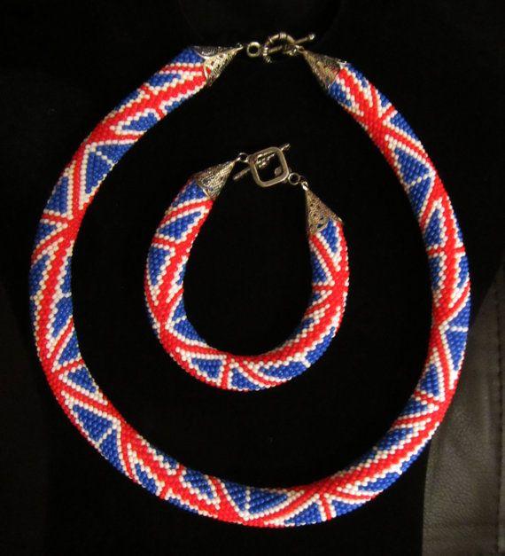 Beschreibung: Perlen häkeln Neckace und Armband-Set. Mit britischer Flagge Muster Perlen gemacht.  Größe: Länge: Halskette: ~ 44 cm / 17 in; Armband: ~ 18 cm / 7 n Durchmesser: 1,5 cm/0,6 Zoll  Material: Perlen-Gurt, Perlen  Zusätzliche Werkstoff: Metall-Verschluss  Erfahren Sie mehr auf https://www.etsy.com/uk/shop/UnderAngelsWing
