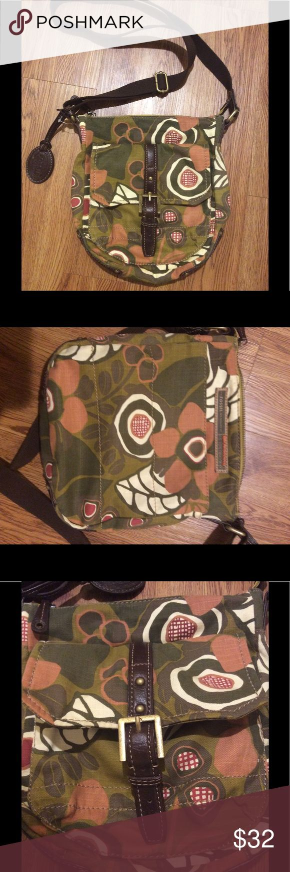 NWOT Fossil Vintage stock Floral Crossbody New without tags, brown leather trim, adjustable strap up to 23.5 inches, front pocket with magnetic snap, man compartment has 2 pockets, size 9wx11 height, 2.5 inches deep, cotton Fossil Bags Crossbody Bags