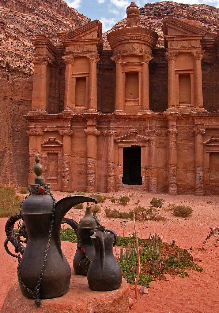 Petra, gelegen in het huidige Jordanië, was de hoofdstad van de Nabateeërs, een Arabisch volk uit de oudheid. Zij kenden de stad onder een andere naam: Raqmu; de naam Petra komt uit het Grieks. Het was een belangrijk kruispunt tussen verschillende handelsroutes tussen onder andere Perzië en de Griekse en Romeinse Rijken. Tussen 400 v.Chr. en 106 n. Chr. was het een levendige handelsstad, maar in de zevende eeuw n.Chr. werd de stad verlaten.