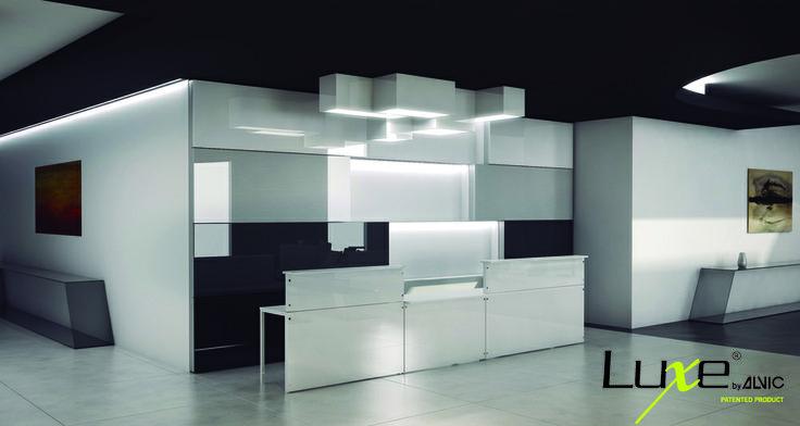 Muebles alto brillo. #Hall o #recepción creada con paneles #Luxe alto brillo en #diseño blanco y negros. Aplicación vertical de productos #Alvic.