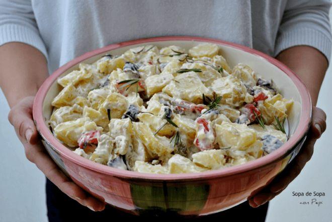 Ensalada de patatas con verduras meditérraneas asadas