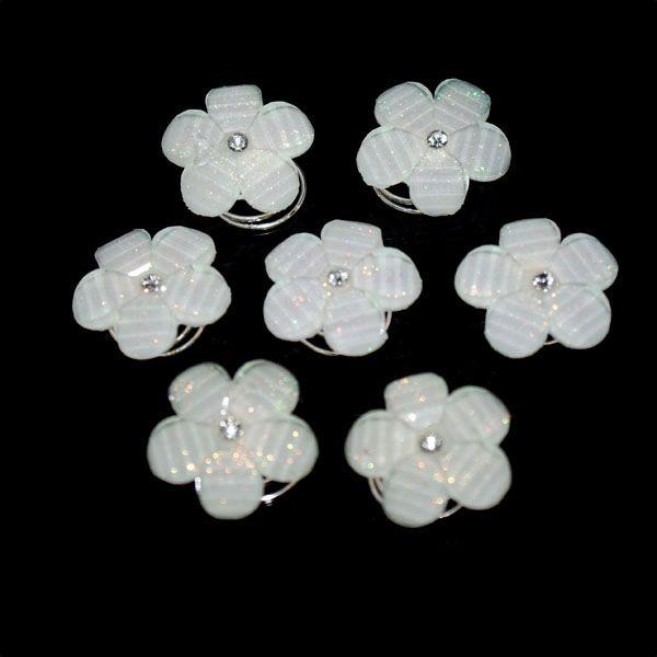 Mooie curlies met wit kunststof parelmoer bloemetje en strass steentje.  Onze prachtige curlies zijn bruidsaccessoires voor uw kapsel op een spiraalvormig schuifje. U kunt deze toepassen op zowel kort als opgestoken haar. Deze curlies zijn makkelijk zelf aan te brengen met een simpele draaibeweging.  Totale diameter is ongeveer 17mm. In verpakking van 7 stuks.