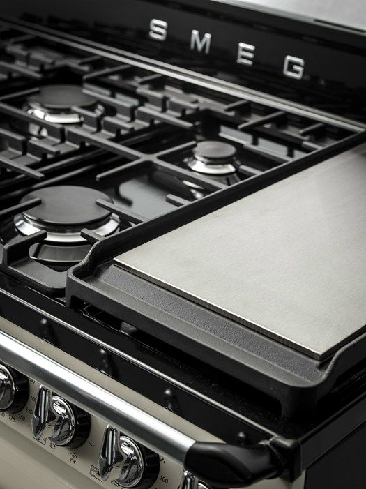 If there's one thing a Modern Country kitchen needs, it's an eye-catching cooker. Range cookers have a way of welcoming people into the kit...