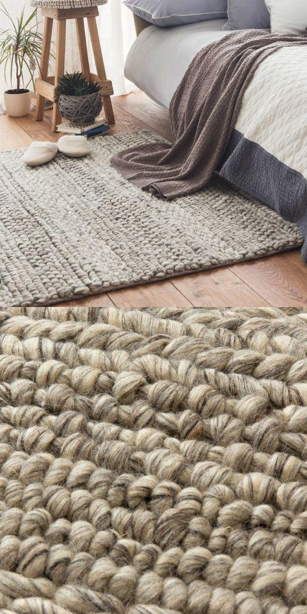 Für unseren Teppich Kalgi verarbeiten unsere Partner in Indien feine Schurwolle und Baumwolle von Hand zu diesem Grobstrick-Design. Die verschiedenen Strukturen schenken Wärme und einen schönen Auftritt. Rustikaler Charme, der begeistert.  Kombiniert mit einer rutschfesten Unterlage bleibt der Teppich an Ort und Stelle.