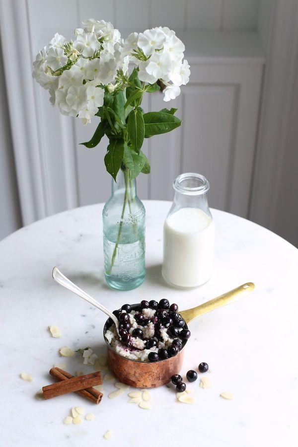 ryż na mleku z borówkami  Skład:  (przepis na 3-4 osoby)  2 szklanki ryżu  1 litr mleka   3-4 łyżki płynnego miodu  1 łyżka cynamonu  szczypta kardamonu  do podania: syrop klonowy   garść borówek
