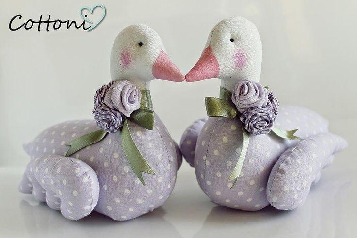 Patrón y tutorial gráfico, para hacer esta linda pareja de patos de tela para decorar algún rincón del hogar e incluso para regalar. Es muy económico y fácil de hacer con retales que tengas de otro…