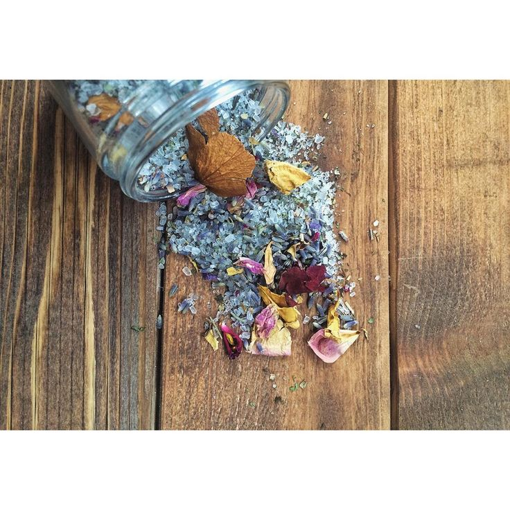 FULL MOON BATH TEA ❍❍ {Lavender + Spearmint + Rosemary} • The Full Moon is a time of positive opportunities when you use the energy correctly. The Full Moon pours down a tremendous amount of energy and it's important to be in a calm state of mind to receive its positive effects. Rituals that rid your body of physical toxins are ideal since the Full Moon is a time to release and let go • Our Full Moon Bath Tea is made from a naturally scented blend of salt, herbs and flowers. The Epsom S...