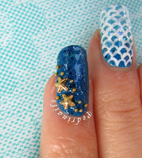Blue accent nail with golden starfishes placement - photo © Pedrìnails