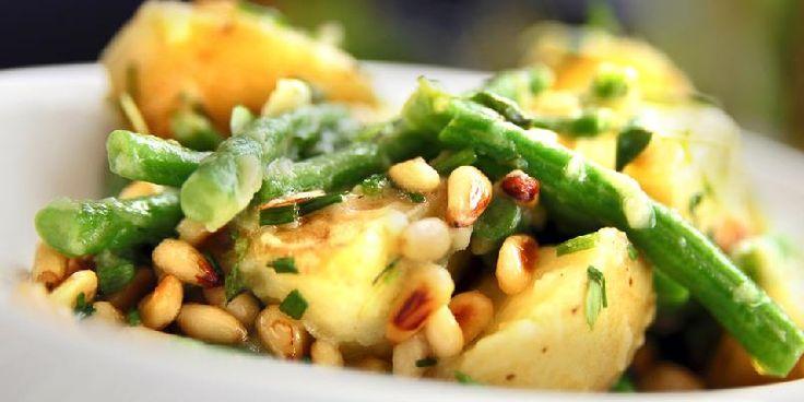 Potetsalat med pinjekjerner - Denne salaten er stappfull av gode ting. Og poteter.