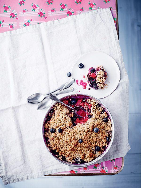 Découvrez notre recette de crumble aux fruits rouges. De l'apéro au dessert, on ne perdra une miette avec ce dessert estival.