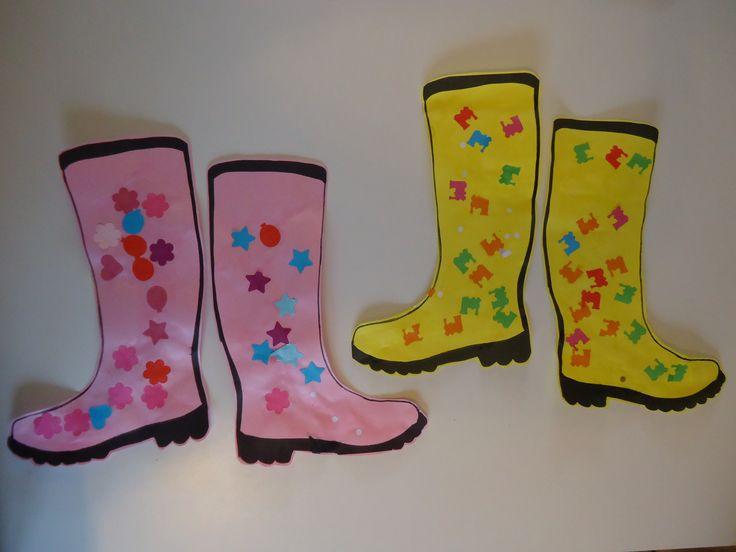 Laarzen versieren: Een eenvoudig peuter/kleuterwerkje. Print een kleurplaat van laarzen uit op stevig gekleurd papier. Laat ze beplakken van plakkertjes ( ponsapparaatjes) en behangplaksel.