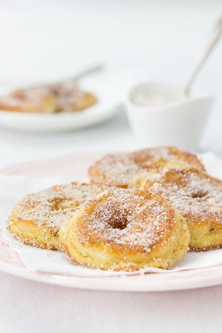 Mehl, (gem. Mandeln,) Backpulver, Milch, in Butterschmalz backen, abtropfen lassen und in Zimtzucker wälzen, warm am leckersten