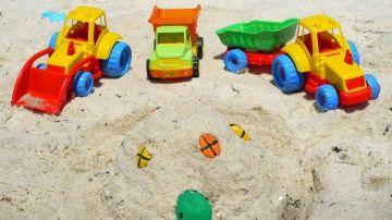 Мультфильмы про Рабочие Машины на пляже - строим песочный замок http://video-kid.com/10681-multfilmy-pro-rabochie-mashiny-na-pljazhe-stroim-pesochnyi-zamok.html  Летнее развивающее видео для детей. Сегодня мы отправимся на пляж и будем строить замок из песка! Нам помогут наши игрушечные машины: грейдер, трактор и самосвал. А как же без них?! Игрушечный самосвал привезет песок, а трактор - разноцветные камушки для окон и дверей. Мы обязательно посчитаем все окошки, считаем от 1 до 5... А…