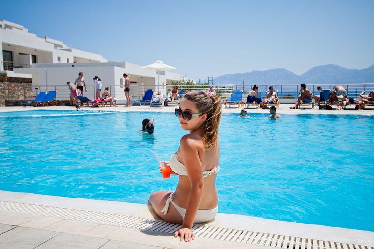 Wyspa KRETA - moje wielkie greckie wakacje! Na dzisiaj przygotowałam dla Was zdjęcia z pobliskiej plaży, morza, basenu oraz miasteczka Agios Nikolaos nocą.