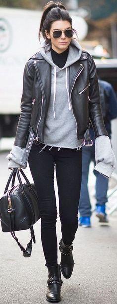 Sweet gris + slim noir + veste en cuir noir + bottines noires