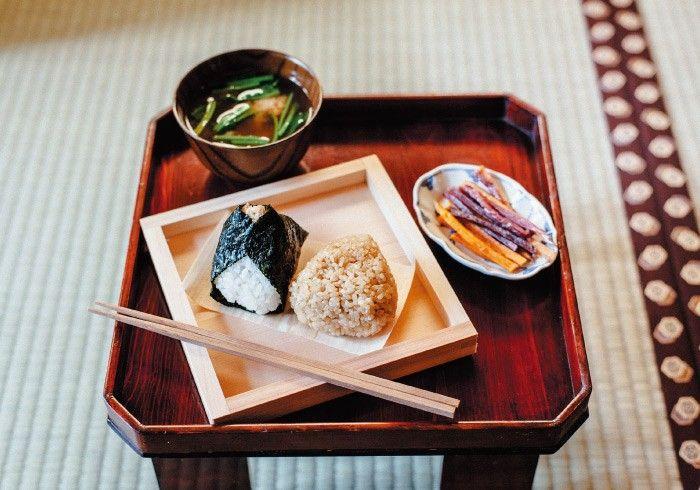 左から、特製ツナマヨおにぎり(¥200)にプチプチ嬉しい玄米塩にぎり(¥180)。お味噌汁(¥180)の具は日替わり。けんぴは各種パック売りで販売(1パック¥320~)。けんぴもおにぎりも日によっては売り切れてしまうことも。全種から吟味したい場合は朝の来店がおすすめです。