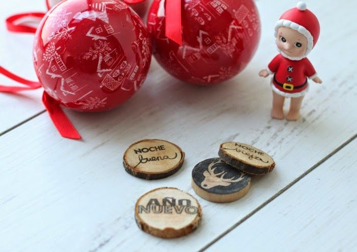 Estampando en Navidad sobre rodajas de madera con los sellos Lora Bailora