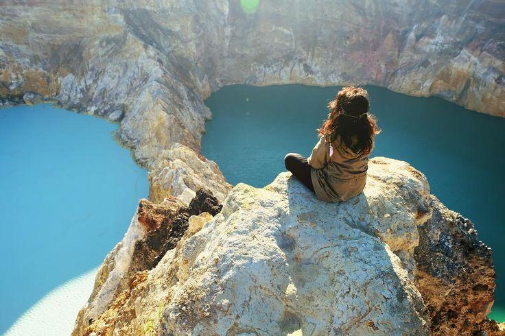 Salah satu tempat terbaik untuk menyaksikan matahari terbit.  Good Morning Friday.  Location : Danau Kelimutu, Flores Photo by : @nikieusha.  #danaukelimutu #flores #PesonaIndonesia #indonesiaonly #pesonakelimutu #exploreflores #sailingkomodo #Tukang_Jalan #tukangjalantrip #tukangjalan #opentrip #waerebo #kelimutulake #ntt #ende #indonesia