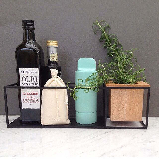 The Umbra Cubist Shelf designed by Erika Kovesdi is perfect for the kitchen. Plant your favourite herb and pair with favorite items for cooking such as olive oil, Himalayan sea salt and the Umbra Shift Knob Spice grinder. Photo credit: @inwiab