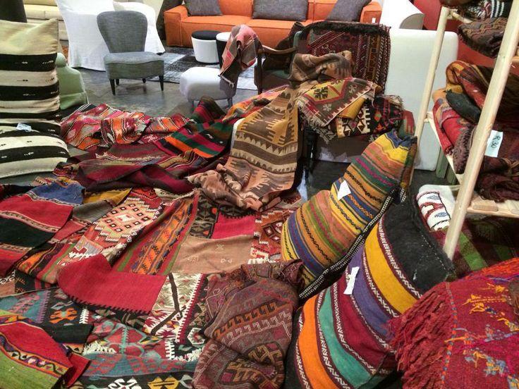 DIVERSE AUTHENTIEKE KELIMS (tapijten, kussens, ...)  Kelims zijn de tapijten die nomaden al honderden jaren knopen. Vroeger gebruikt als isolatie voor hutten, bidmatjes, wandtapijten,..., vandaag vooral als decoratief (wand)tapijt. Deze populaire stukken zijn ongeveer 70 jaar oud, intact en heel mooi afgewassen qua kleuren. Vergis je niet met nieuwe kelims die minder mooi zijn qua kleur. Vraag onze volledige catalogus