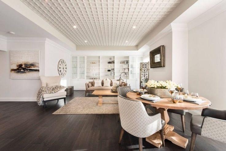salon avec peinture murale blanche, canapé beige et faux plafond blanc