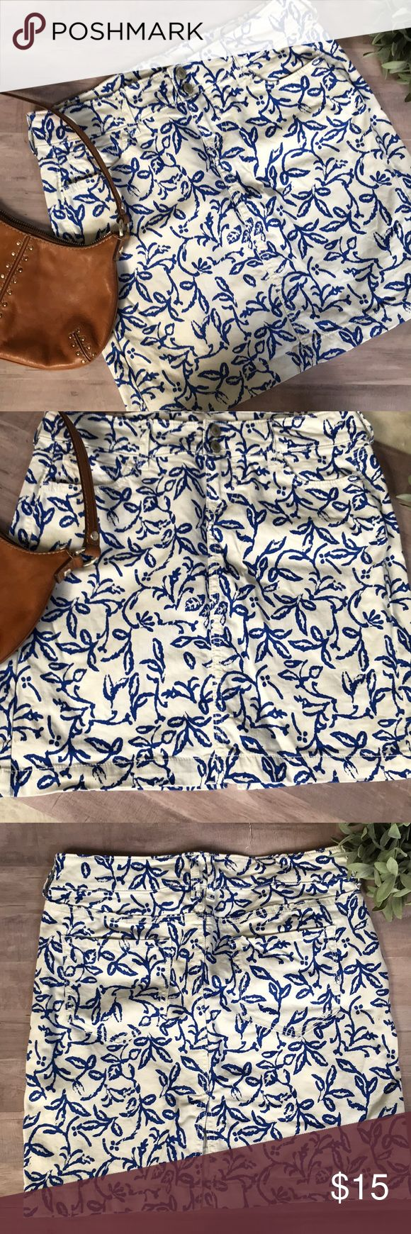Denim Skirt Cute Old Navy super stretch denim skirt, white with blue floral pattern size 6 Petite  Waist is 29 length is 17, this is very stretchy and has pockets in the front and back Old Navy Skirts Midi