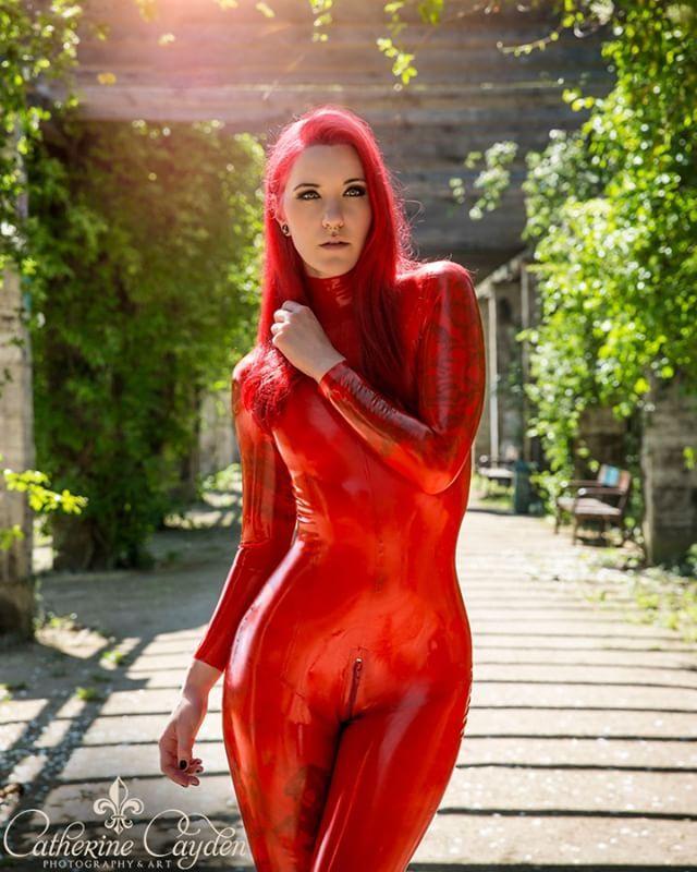 Model: Mandy Xotoxic Photo: Catherine Cayden Latex: Macinger . . . #latex #latexphotography #fetishmodel #latexmodel #rubber #latexinpublic #latexlove #redhair #macingerlatex #macsmysticstore #catsuit #latexcatsuit #outdoor #sunlight #catherinecayden #tattoo #latexfashion #fetish #photooftheday