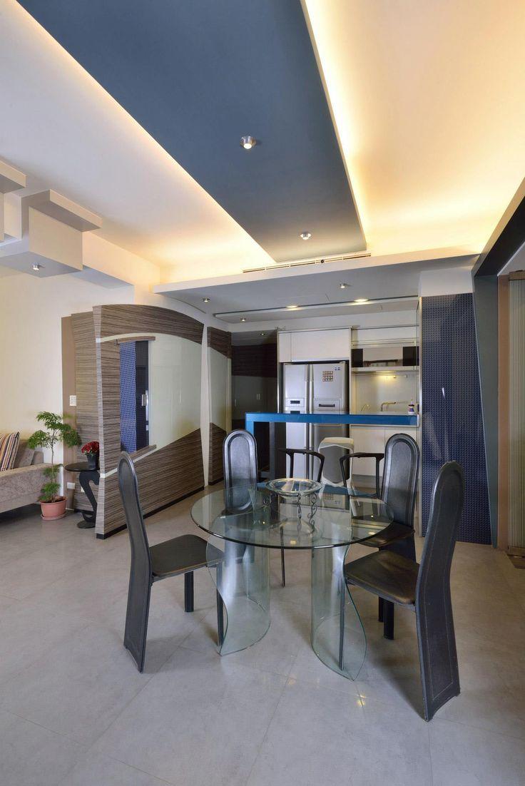 Дизайн квартиры  в жилом доме — Тайбэй.  Эта бывшая пяти комнатная квартира (200 квадратных метров) с маленькими комнатами была превращена в просторную двухкомнатную (плюс комната для гостей) квартиру с  открытой планировкой, гостиная, кухня с баром и столовая объединена в одно целое.
