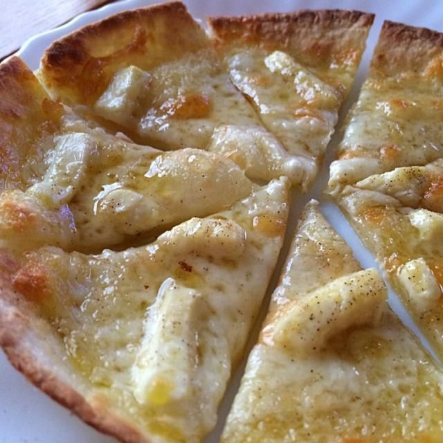 SnapDishに投稿されたHazukiさんの料理「チーズピザ 蜂蜜かけ ウマーし」です。「トルティーヤにミックスチーズとクリームチーズをon  オリーブオイルと塩胡椒  トースターで5分焼いたら 切って蜂蜜かけてごらんよ 美味い  お店で食べたのはブルーチーズもonするんだって 息子達やそのお友達が来た時 何もない時のオヤツにと 出番多し」チーズピザ 蜂蜜 ウマー