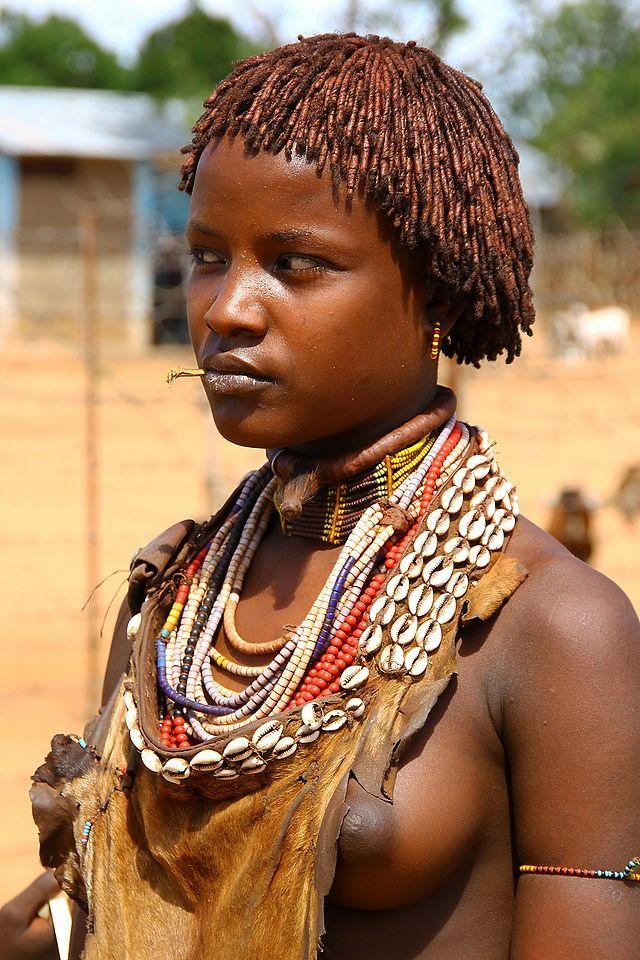 """Хамеры известны своими уникальными прическами. Женщины заплетают """"косички"""" при помощи охры и животного жира."""