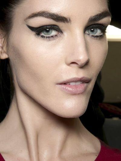 In katzwijm van de cateye - Dit zijn dé make-uptrends van dit najaar #blush #eyeliner #model #beauty #makeup #ELLE
