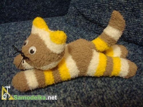 Давно мы не мастерили игрушек из носков, давайте это исправим. Сегодня расскажу как делается кошка из носков своими руками.— Прежде чем шить нужно подобрать подходящие носки.Игрушки и тем более кошки…