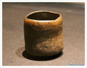 Чёрная чайная чаша-раку «Кинэорэ» («Обломок деревянного молота для риса»). Раку Тёдзиро.