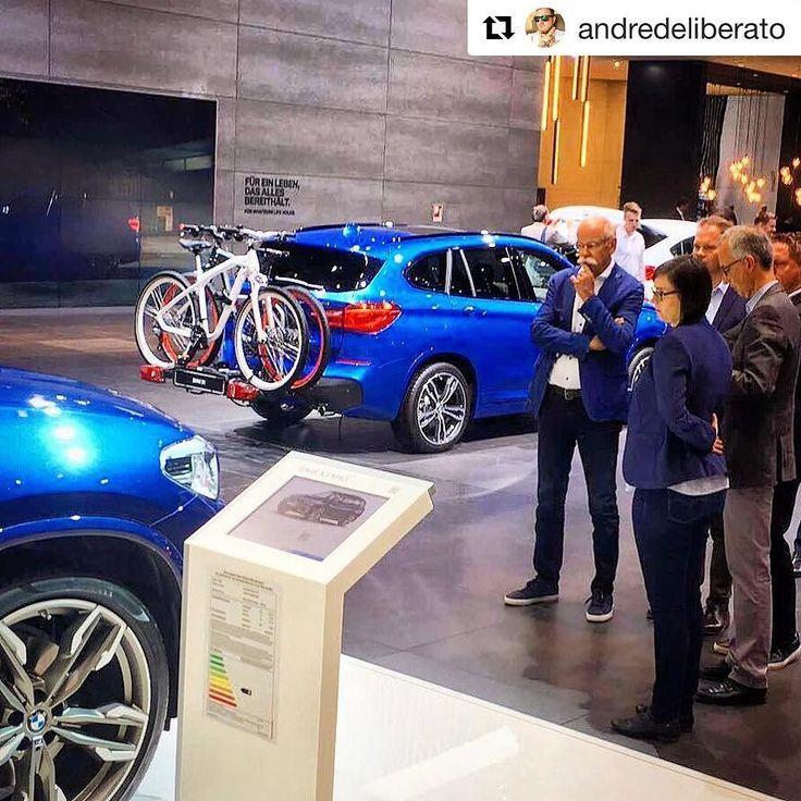 De  na concorrência . #Repost @andredeliberato  FLAGRA! Dieter Zetsche chefão da Daimler/Mercedes-Benz visita o estande da @bmw para conhecer os novos modelos da rival conterrânea. Foto do amigo jornalista @thereal_jerrywang #car #instacar #carnews #cargram #instacarros #carros #coches #autos #cars #carporn #uolcarros #uol #uolnoiaa2017