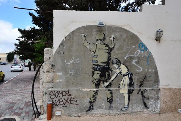 パレスチナで覆面ストリートアーティスト、バンクシーの作品を探す | roomie(ルーミー)