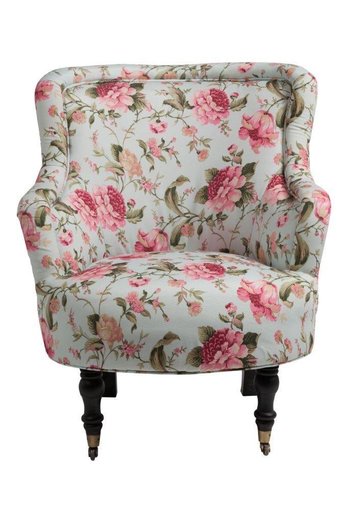 Мягкое  кресло Seluche   с подлокотниками и округлым сиденьем изготовлено   на деревянном каркасе с изящными передними ножками на колёсиках, задние - красиво изогнуты. Натуральная, из яркой   хлопковой ткани, обивка полностью покрывает кресло. Привлекательный дизайн кресла сочетается с качественными  комплектующими и надежными поставщиками.             Метки: Кресла для дома, Кресло для отдыха.              Материал: Ткань, Дерево.              Бренд: DG Home.              Стили: Прованс и…
