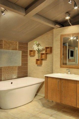 Salle de bain aux couleurs pâles et au style original.