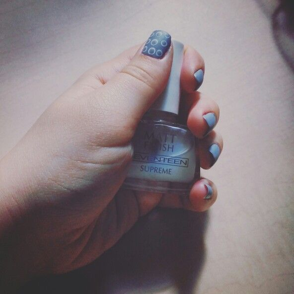 Grey and white bubble nails
