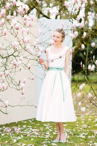 Hochzeitskleid  schlicht, wadenlang mit rundem Ausschnitt und breiten Trägern (www.noni-mode.de - Foto: Le Hai Linh)