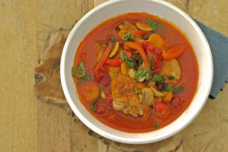 Cacciatore, betekent jager in het Italiaans, dit is dus kip jagerstijl. Dat houdt in dat er meestal uien, tomaten, kruiden, vaak rode paprika en soms rode wijn worden gebruikt. Kies voor dit gerecht bij voorkeur kippendijen van Biokip. Je kan uiteraard ook kiezen voor de magerder kippenfilets, maar het vet van het kippenvel aan de bout,