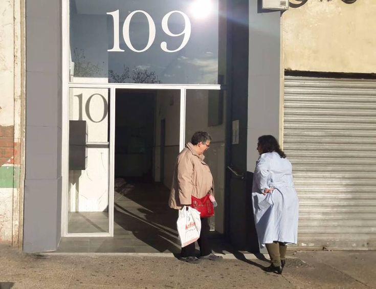 Les roban la puerta del portal, a plena luz del día  ||  Algunos vecinos de la calle de Miguel Servet, número 109, que pudieron ver a los ladrones, pensaron que se trataba de dos técnicos que estaban realizando una reparación. https://www.heraldo.es/noticias/aragon/zaragoza-provincia/zaragoza/2018/01/31/les-roban-puerta-del-portal-plena-luz-del-dia-1221965-301.html?utm_campaign=crowdfire&utm_content=crowdfire&utm_medium=social&utm_source=pinterest