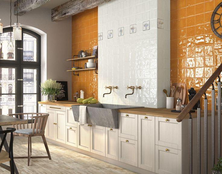 Esta cocina, diseñada con la serie #FengShui, es de estilo rústico pero tiene un toque especial, ¿verdad? Nunca lo hubiéramos imaginado pero la combinación de blanco y naranja... ¡nos ha encantado!